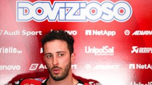 El italiano Andrea Dovizioso (Ducati), subcampeón del mundo de MotoGP, descansa en su boxe de Sepang (Malasia).