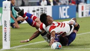 El japonés Matsushima anota un ensayo en el partido inaugural del Mundial contra Rusia.