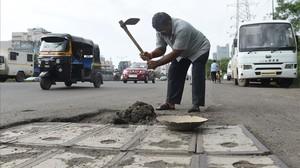 Un home segella 600 sots a les carreteres de l'Índia després de la mort del seu fill