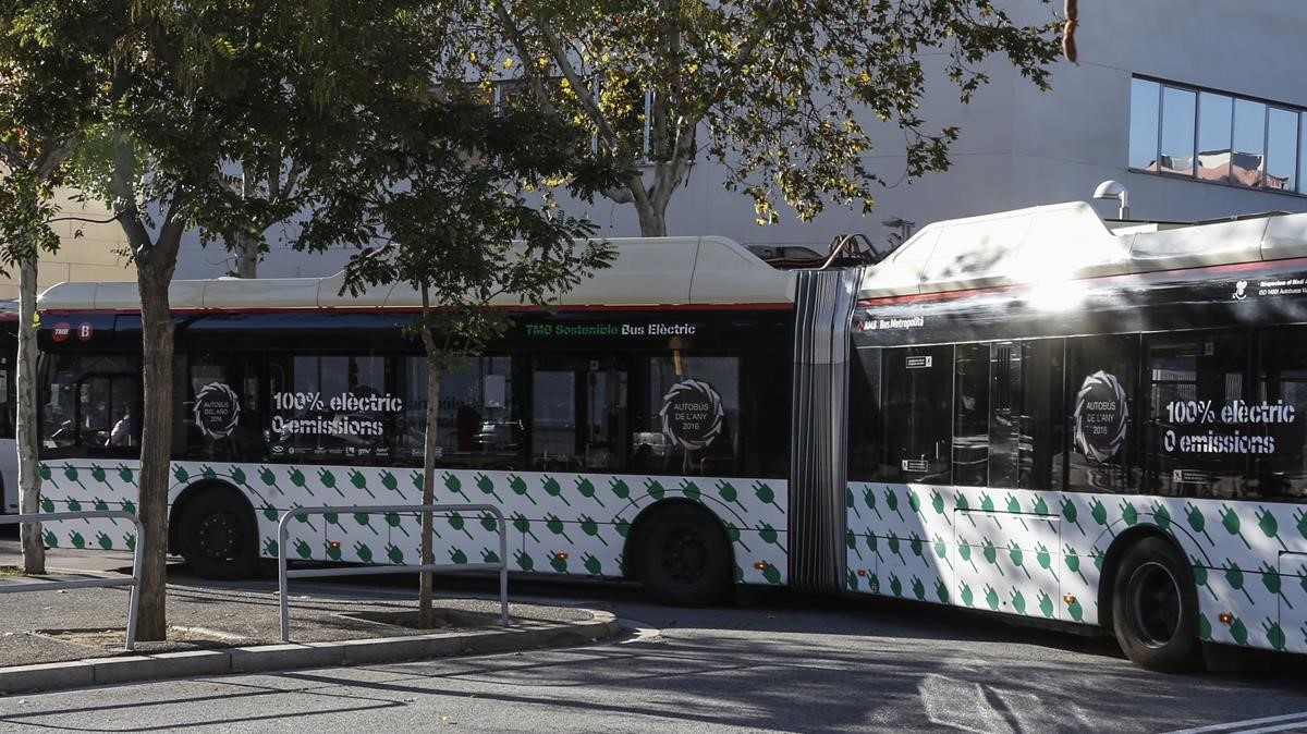 Un autobús eléctrico articulado, en la Zona Franca en octubre pasado.