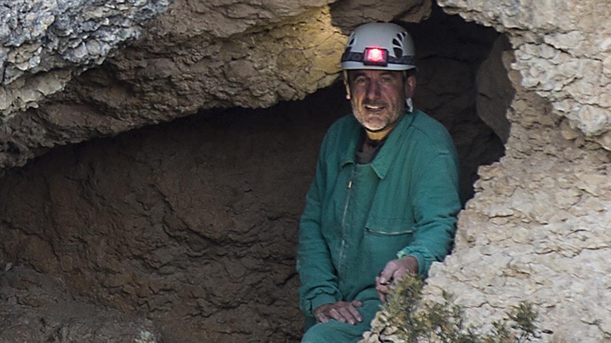 Jordi Sebastià, en la entrada de la Cova del Groc de Xiva de Morella.