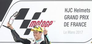Joan Mir celebra su victoria en Moto3 en Le Mans.
