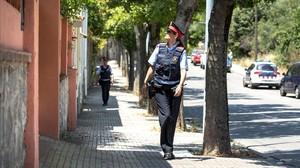 Dos mossos patrullan por el paseo de los Pollancres, en Sant Cugat del Vallès.