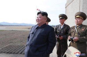 EPA1119 PYONGYANG COREA DEL NORTE 16 04 2019 - Fotografia cedida por la Agencia Central de Noticias de Corea del Norte KCNA muestra al lider norcoreano Kim Jong-un i mientras supervisa un ejercicio de vuelo de pilotos de combate de la unidad 1017 de la Fuerza Aerea de Ejercito Popular Coreano este martes en Pyongyang Corea del Norte EFE KCNA SOLO USO EDITORIAL