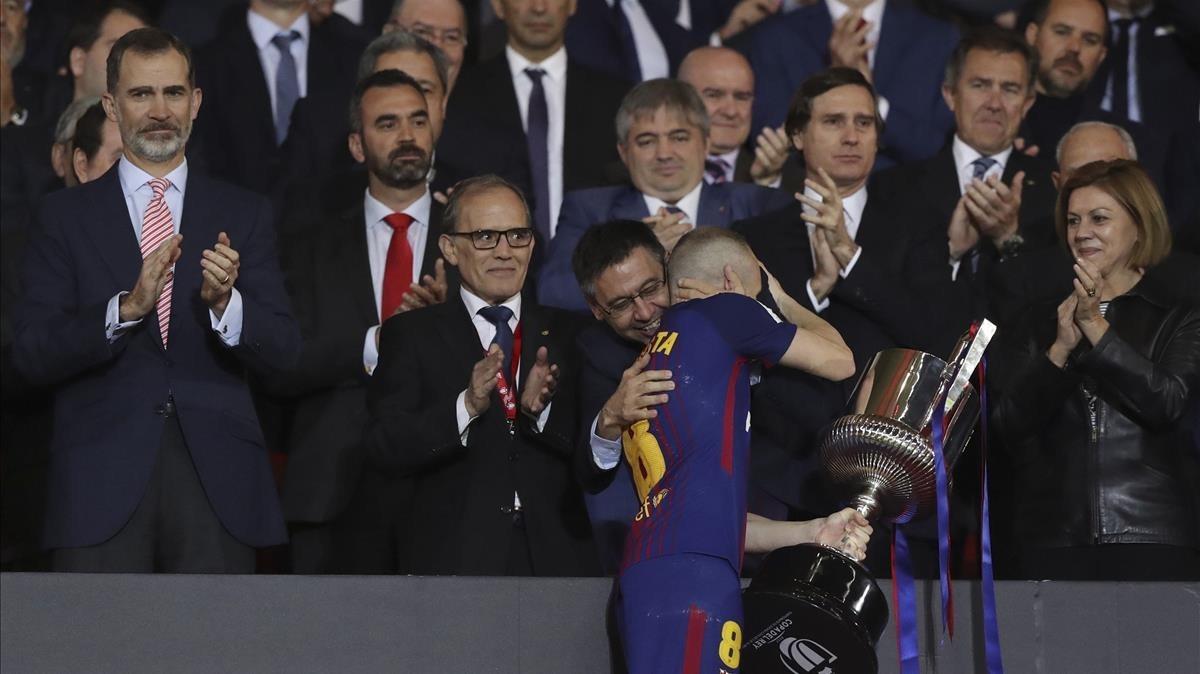 El abrazo de Iniesta y el presidente Bartomeu.