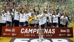 Las jugadoras del Spar City Lift Girona celebran el título de Liga.