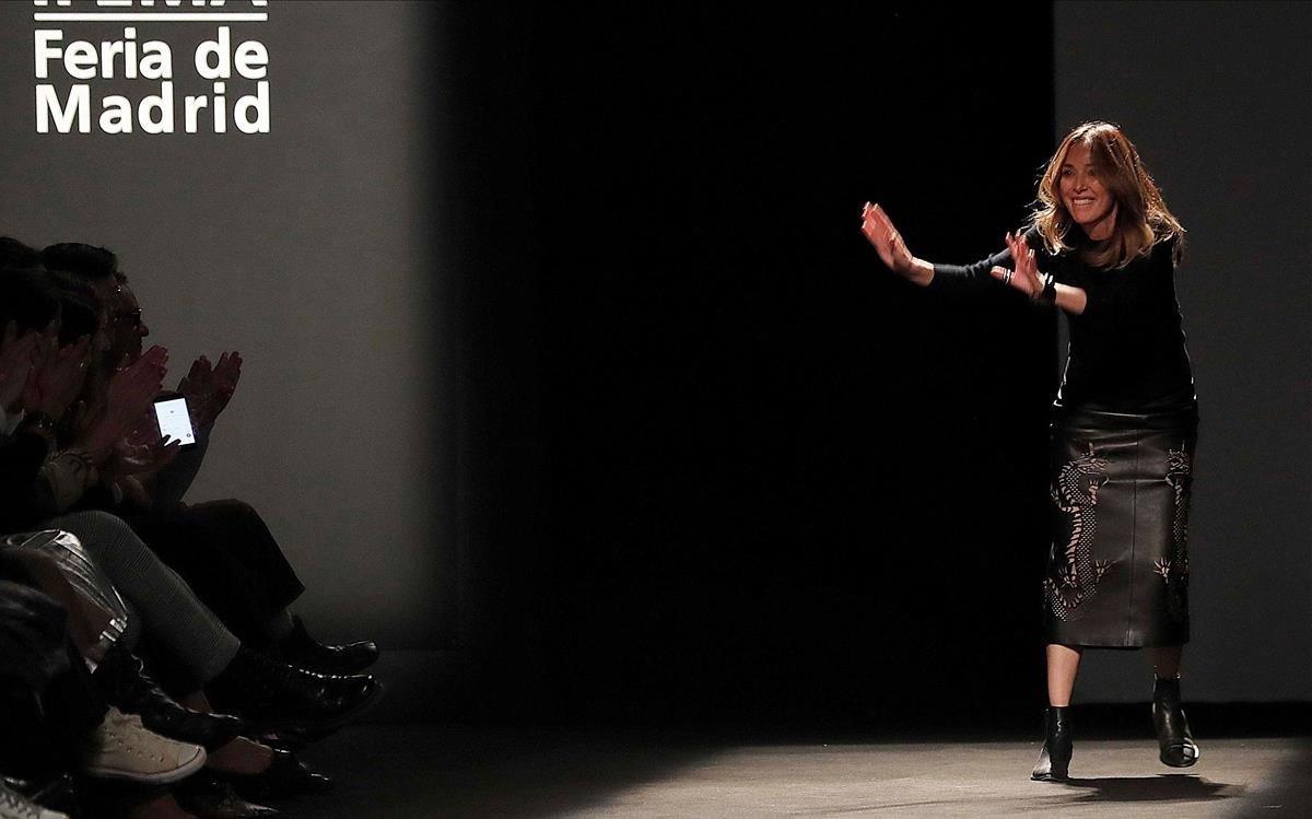 La diseñadora Teresa Helbig saluda al final de su desfile, el pasado sábado.