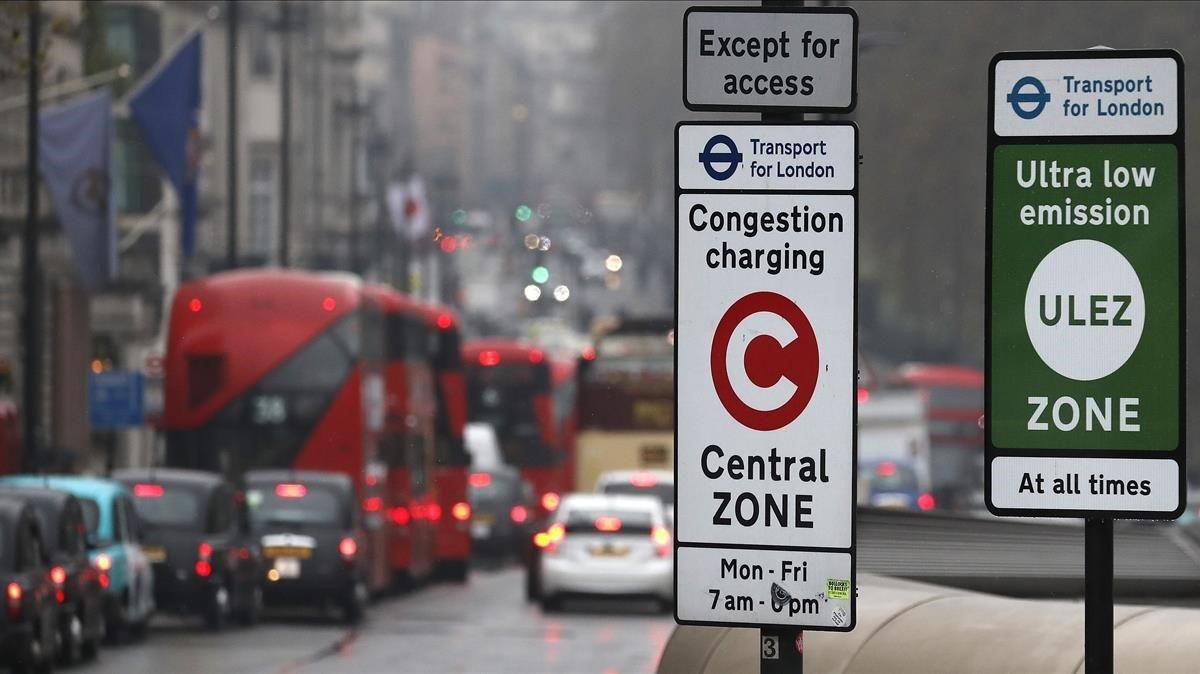 Coches, en la nueva zona de emisiones ultra bajas de Londres.