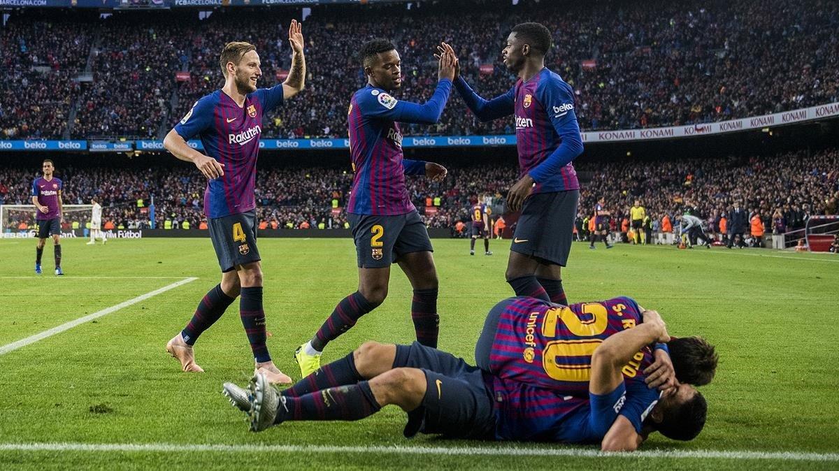 Los jugadores del Barça celebran el tercer gol al Madrid, de Suárez.