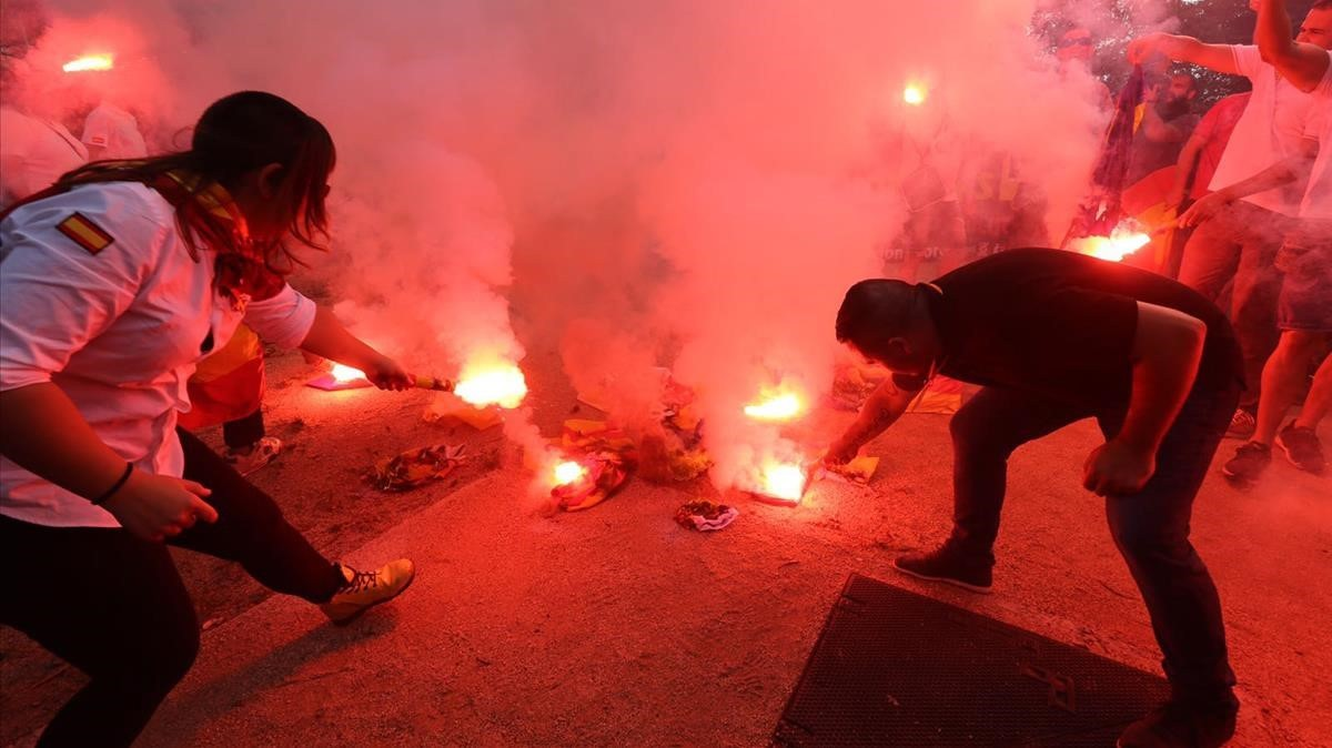 Los manifestantes de la extrema derecha han quemado 'estelades' durante su concentración.