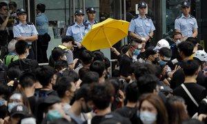 Los manifestantes se han congregado este viernes frente a la comisaría central de Hong Kong.
