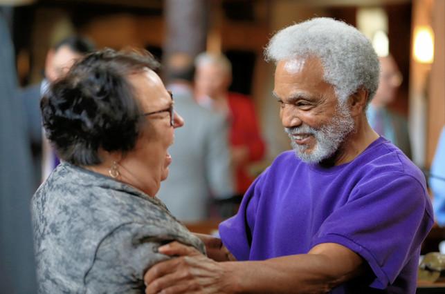 Los senadores Kathy Campbell y Ernie Chambers celebran el veto a la pena de muerte, el miércoles en Lincoln (Nebraska).