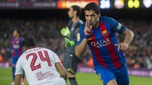 Luis Suárez celebra un gol al Sevilla en el Camp Nou.