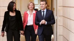 Macron (derecha) junto a la ministra de Deportes, Laura Flessel (izquierda), y la viceministra a cargo de las personas discapacitadas, Sophie Cluzel, en París, el 13 de abril.