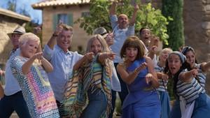 Algunos de los actores del filme durante la escena musical 'Dancing Queen'.