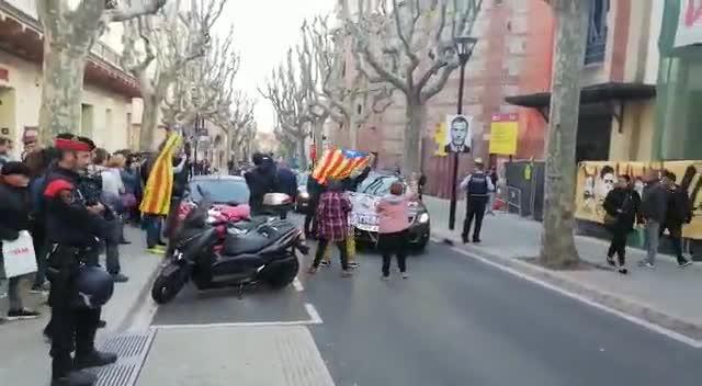 Momento en el quegrupo de españolistas se juntan para hacer un escrache a Quim Torra en Mataró.