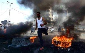 Un manifestante, durante los disturbios en Bagdad.