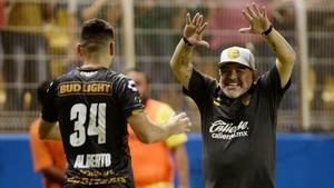 Maradona festeja un gol con uno de sus jugadores.