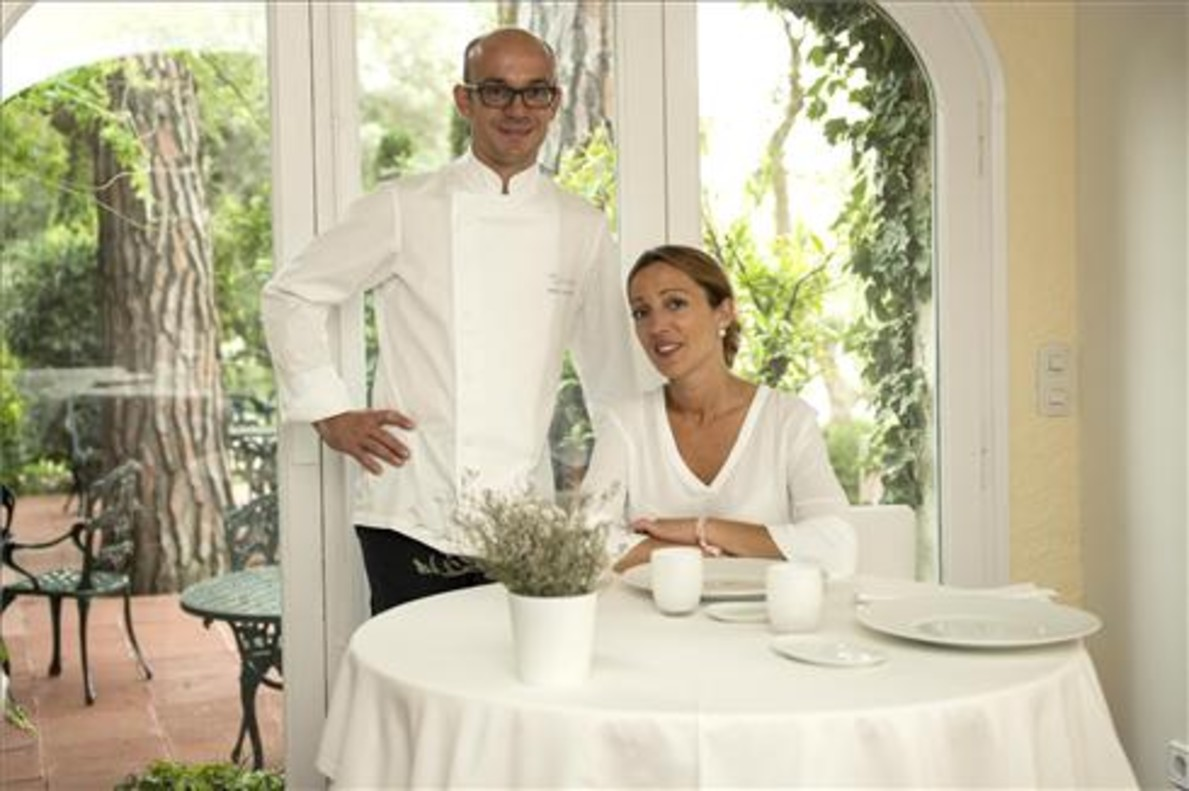 Marc y Elena Gascons, en el comedor grande de Els Tinars. Glòria Sánchez / Iconna