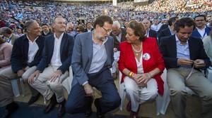 Mariano Rajoy conversa con Rita Barberá en un mitin en València en la campaña de las municipales del 2015.