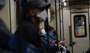 Usuarios del metro de Madrid, con mascarillas.