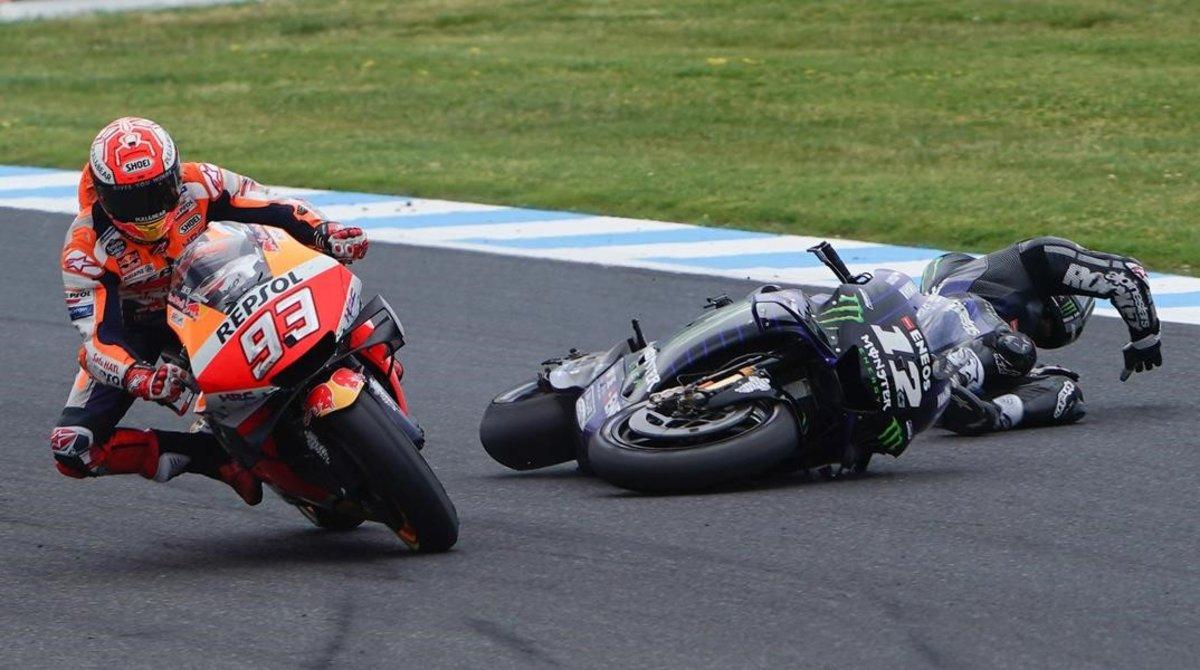 Maverick Viñales (Yamaha) se cae, en la curva 10, justo cuando pretendía superar a Marc M'rquez (Honda).