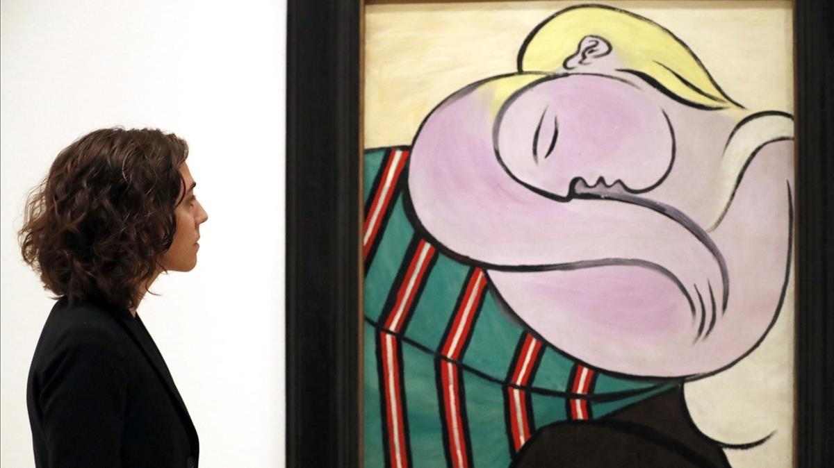 Megan Fontanella, comisaria de la exposición, ante el cuadro de Picasso 'La mujer del pelo amarillo', en el Guggenheim de Bilbao