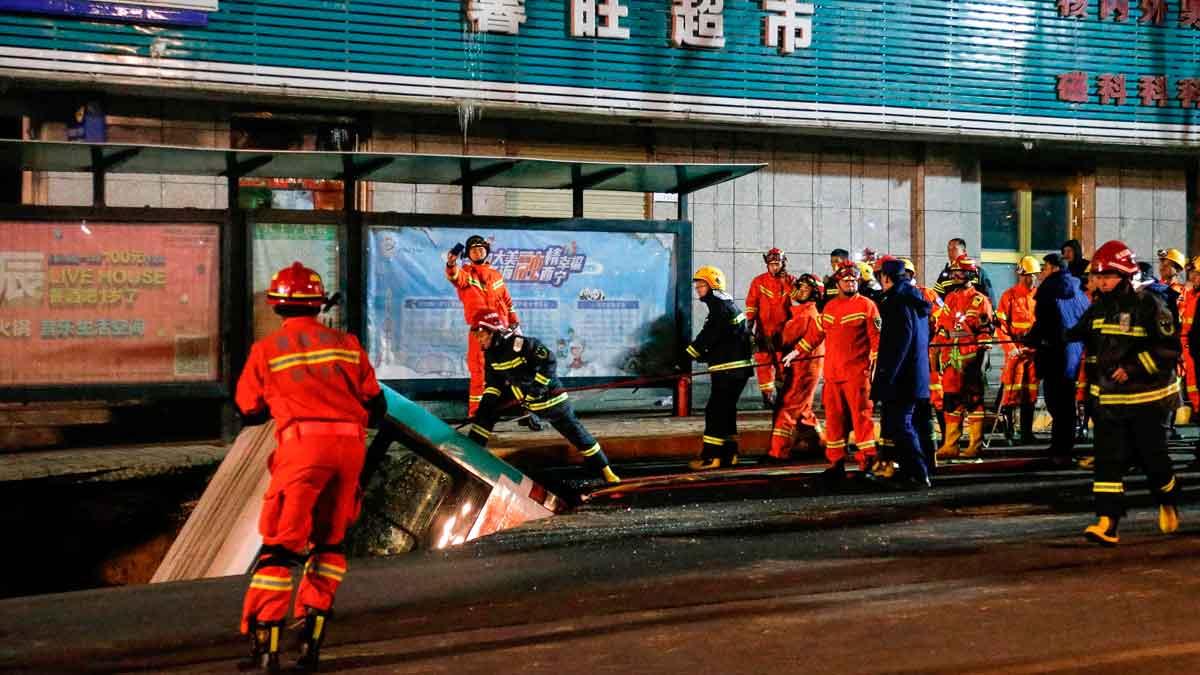 Al menos 6 muertos al hundirse un autobús en un socavón en China.