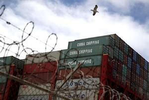 Mercancías chinas en contenedores en elpuerto de Oakland, California.