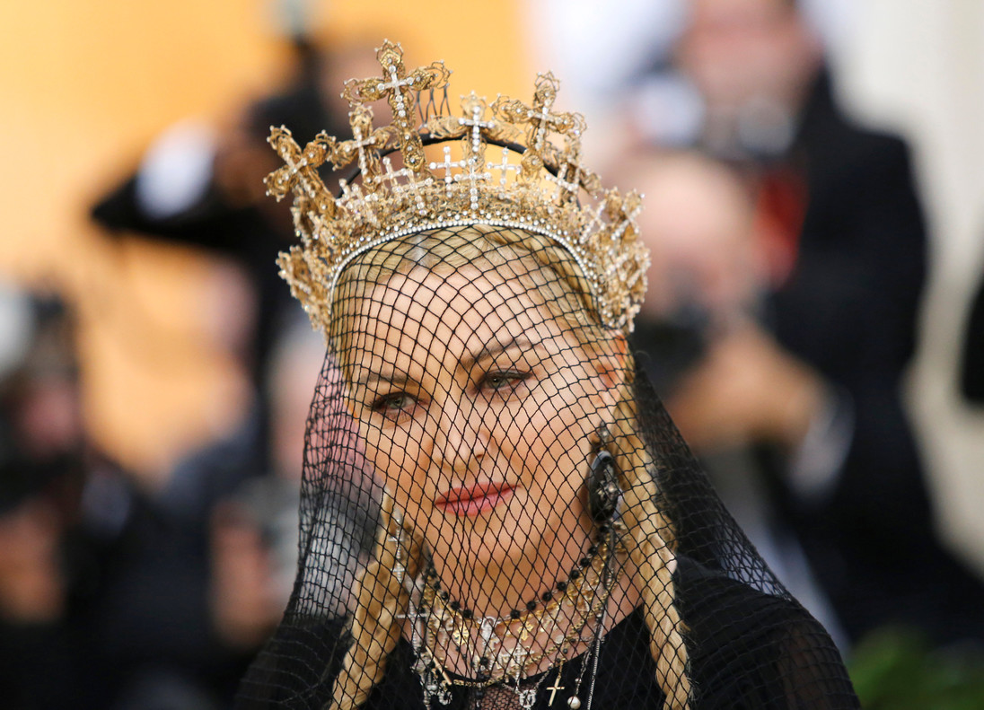 Madonna, con corona de santa plagada de crucifijos,velo de rejilla y largas trenzas.