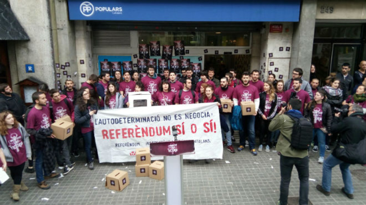 Miembros de Arran participan en la ocupación de la sede del PP en Barcelona.