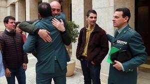 Miembros de la Guardia Civilse abrazan tras la rueda de prensa en la Comandancia de Almería.