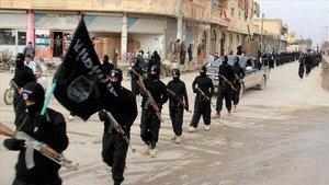 Militantes del Estado Islámico marchan por las calles de Raqqa, en una imagen difundida por una página de internet en enero del 2014.