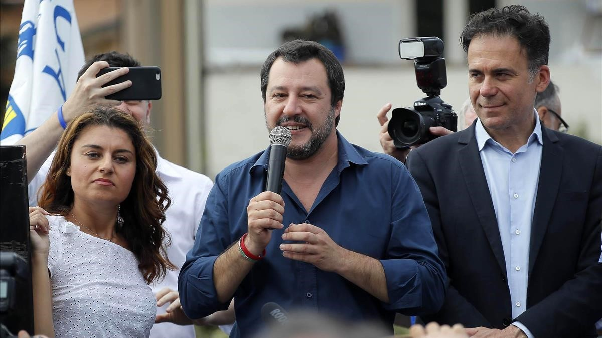 El ministro del Interior italiano, Matteo Salvini (centro), durante un acto en Pisa.
