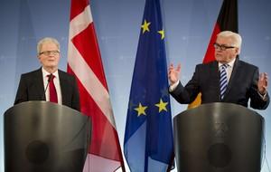 El ministro de Exteriores alemán, Frank-Walter Steinmeier (derecha), junto a su homólogo danés, Holger Nielsen, este jueves en rueda de prensa en Berlín.