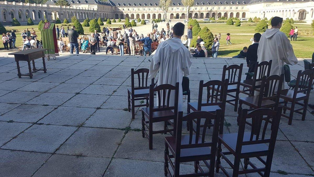 Los monjes del Valle de los Caídos se disponen a dar misa en la explanada del recinto tras el cierre de la basílica para los trabajos de exhumación de Franco
