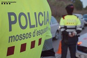 Los Mossos detienen en Santa Coloma un hombre acusado de seis tirones con una moto robada