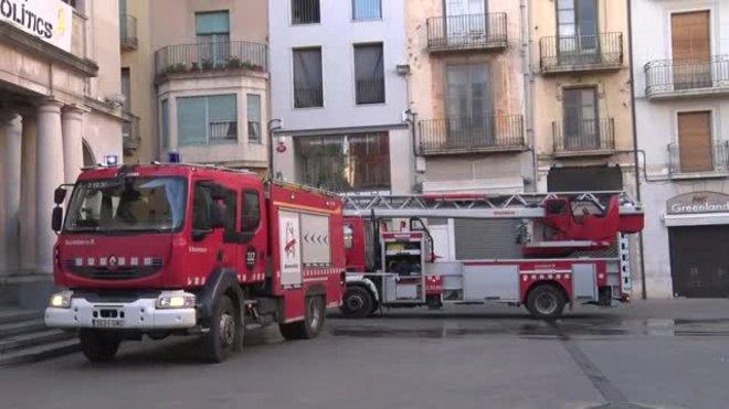 El fuego ha empezado tras quemarse un sofá, en el primer piso del número 4 de la plaza del Ayuntamiento.