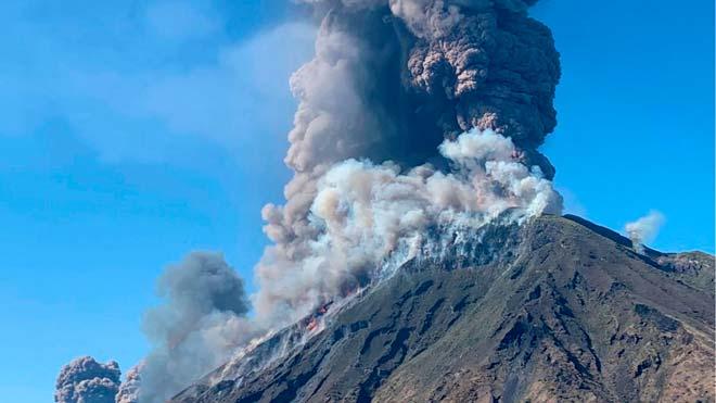 Un muerto y un herido en la explosión del volcán italianoEstrómboli.