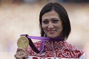 Natalya Antyukh muestra el oro logrado en los 400 vallas en Londres 2012.