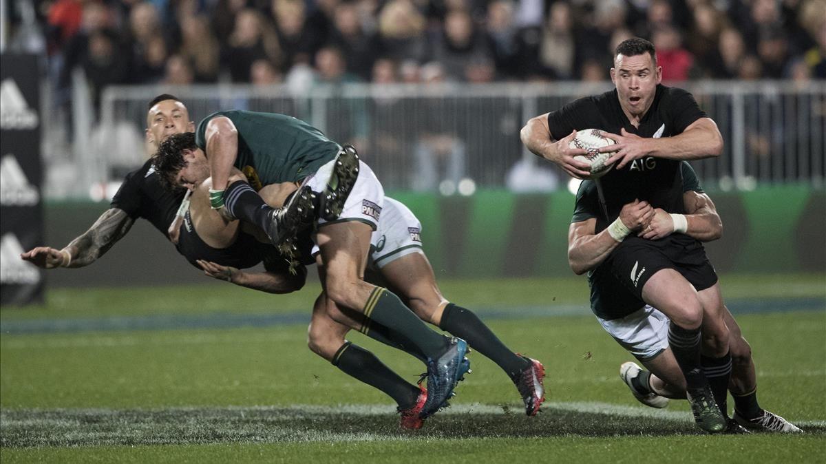 El neozelandés Ryan Crotty trata de avanzar durante el partido contra Sudáfrica.