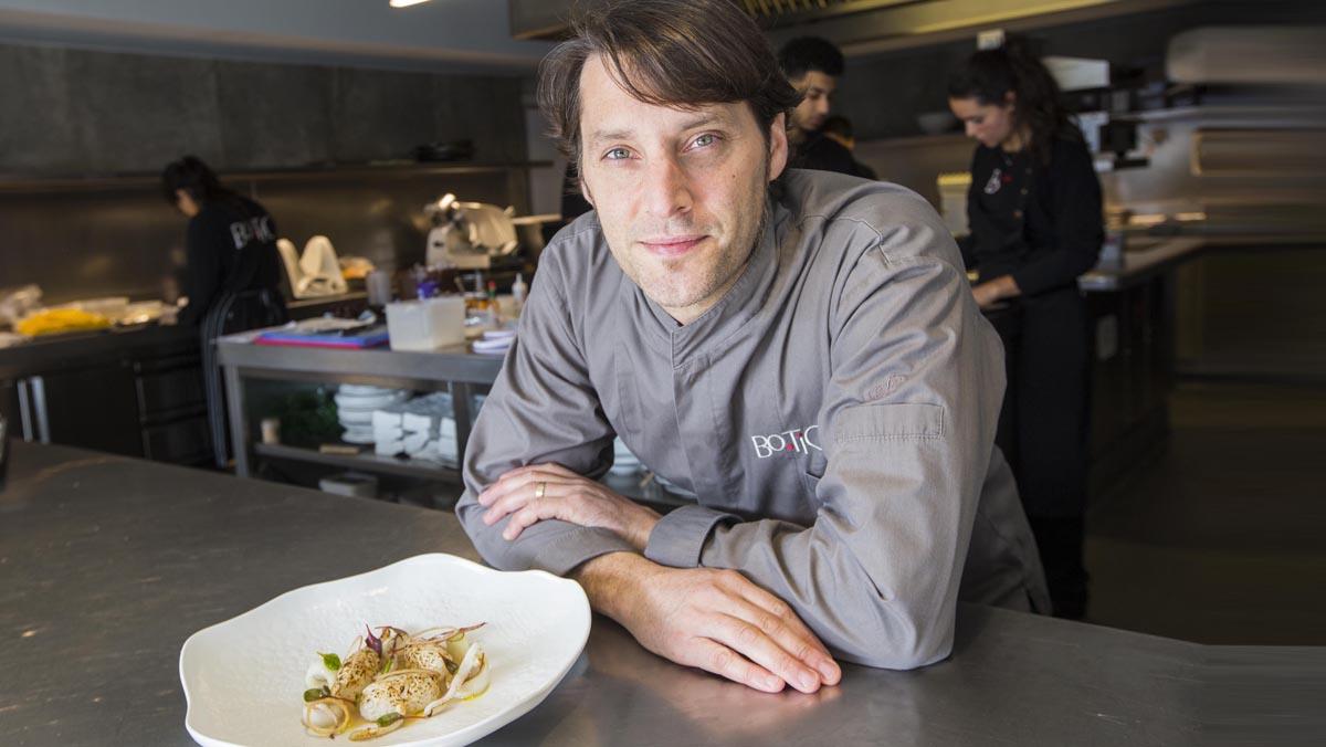Albert Sastregener, chef del restaurante Bo.TiC, explica cómo hace la receta de 'nigiri' de calamar con crema de cebolla.