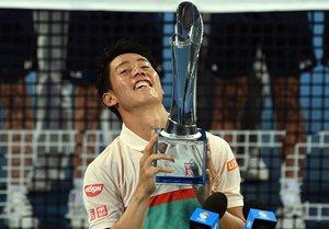 Nishikori exhibe el trofeo de Brisbane.
