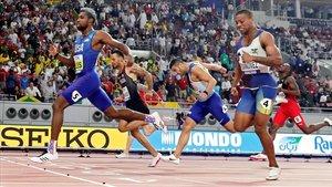 Noah Lyles cruza la línea de meta en primer lugar en la final de los 200 metros, el primer gran título de su carrera