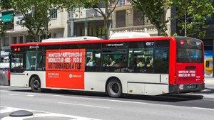 Un autobús con un cartel de la campaña de Òmnium Cultural, este martes 18 de junio