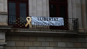 Pancarta en la fachada del Ayuntamiento de Reus repuesta después de que militantes de Ciudadanos la arrancaran.