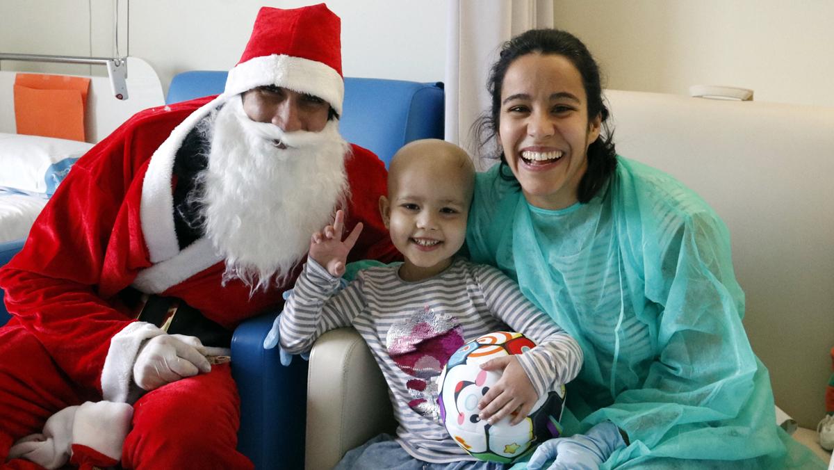 Papa Noel visita el Hospital de la Vall dHebron