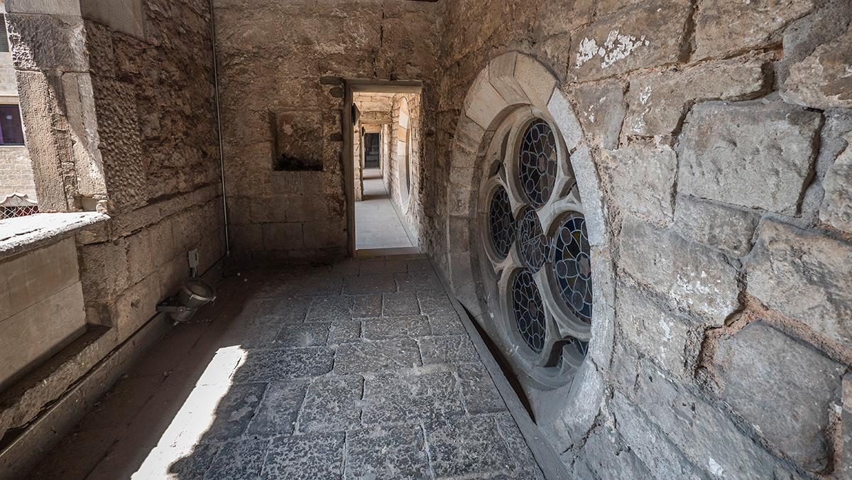 Desde la antigua cámara real, el rey podía bajar a la capilla de Santa Àgata a escuchar misa