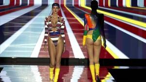 Un grupo de modelos desfilan con las creaciones de Andres Sardá, en un desfile de la tercera jornada de la 67 edición de la pasarela madrileña.