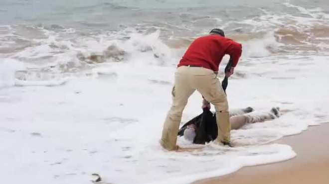 Un paseo por la playa en Cádiz sacude a dos turistas suecos con el drama de la inmigración y la muerte.